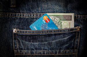 Kreditkort og penge i baglomme